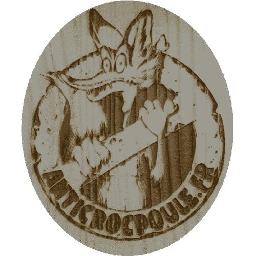 Logo anticrocpoule.fr gravé au laser sur les porte poulailler automatique solaire en bois